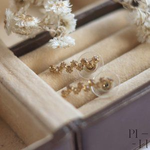Cute row of stars earrings in gold